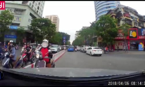 Tài xế ép lùi phụ nữ đi xe máy ngược chiều đường Hà Nội