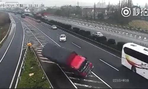Tránh ôtô con dừng đột ngột giữa cao tốc, hai xe tải gặp nạn