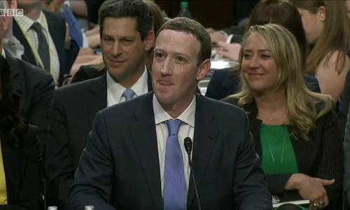 Nghị sĩ hỏi ông chủ Facebook: 'Tối qua anh nghỉ ở khách sạn nào?'