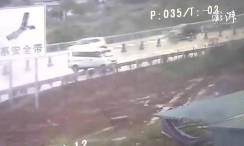 Nữ tài xế lái ôtô ngược chiều trên cao tốc đi tìm ví
