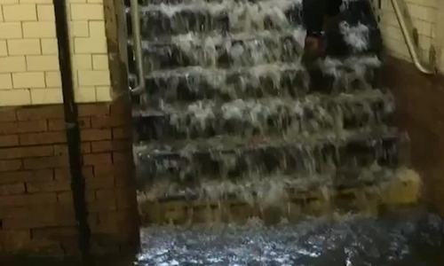 Mưa bão khiến ga tàu điện ngầm New York biến thành thác nước - ảnh 1