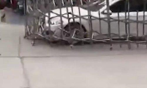 Ôtô điên cuồng húc bay rào chắn trên đường phố