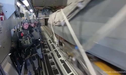 Đặc nhiệm Mỹ nhảy theo xuồng cao tốc khỏi vận tải cơ