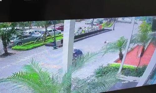 Cẩu tặc kéo lê người đàn ông hàng chục mét để cướp chó
