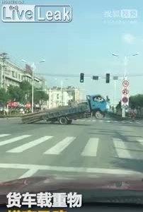 Xe tải chở hàng quá khổ thành trò tiêu khiển cho người đi đường