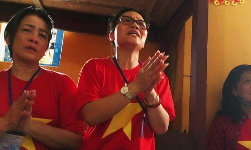 Kiều bào Ba Lan khóc khi hát tặng chiến sĩ trên đảo Đá Nam