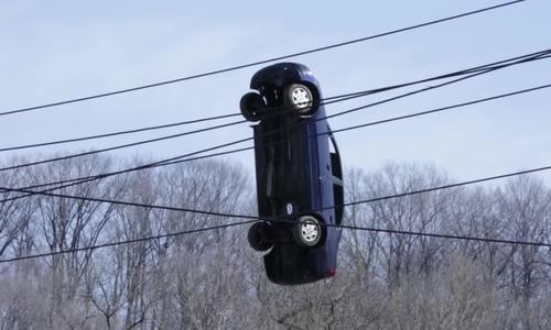 Ôtô treo lơ lửng dưới gầm cầu như phim 'Người Nhện'