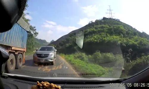 Xe bán tải vượt ẩu suýt gây tai nạn ở Hòa Bình