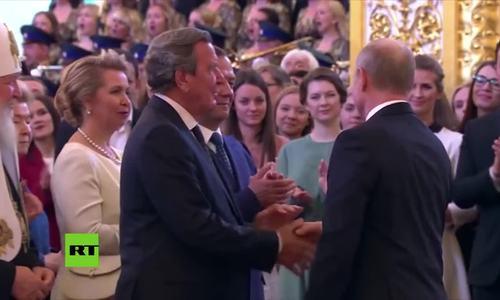 Putin bắt tay cựu thủ tướng Đức trong lễ nhậm chức