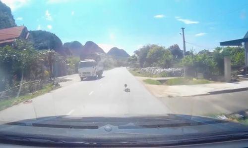 Lái xe bất ngờ vì đứa bé bò ngang quốc lộ