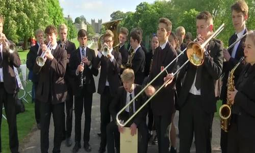 Học sinh chơi nhạc gần lâu đài cử hành đám cưới hoàng gia Anh