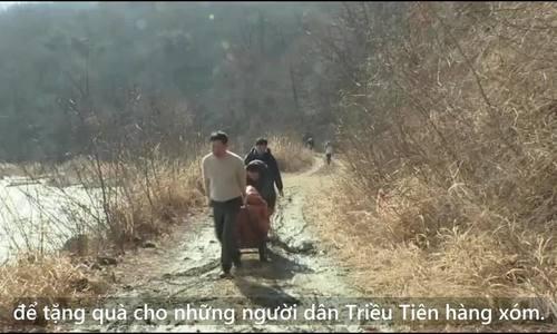 Những người Hàn Quốc đóng gạo vào chai nhựa chuyển sang Triều Tiên