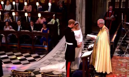 Cô dâu và chú rể trao nhẫn, trở thành vợ chồng