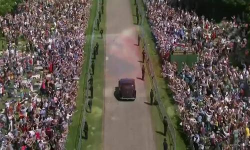 Đám đông hò reo khi xe chở cô dâu Meghan Markle tới nơi
