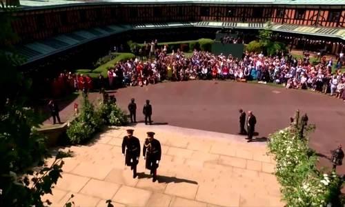 Hoàng tử Harry cùng anh trai bước đến nhà nguyện