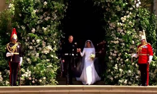 Hoàng tử Harry và cô dâu hôn nhau trên bậc thềm trước nhà nguyện