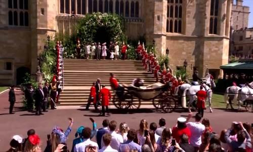 Vợ chồng Hoàng tử Harry được rước trên xe ngựa