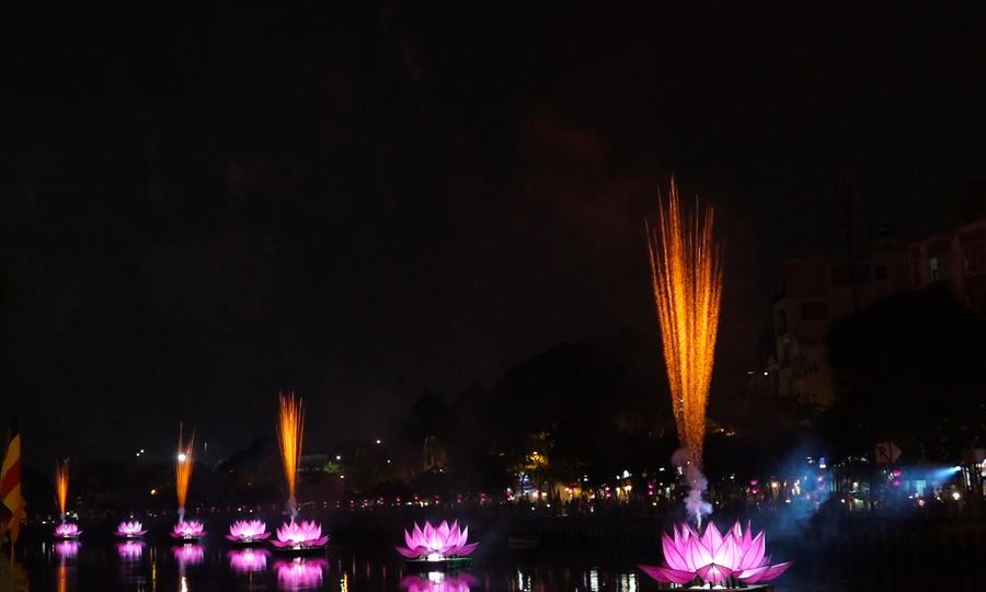 Thắp sáng bảy hoa sen khổng lồ trên kênh Nhiêu Lộc