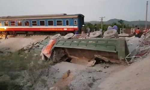 Tàu SE19 chở hơn 400 hành khách bị lật ở Thanh Hóa