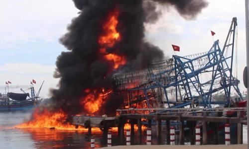 Vào bờ mua đá lạnh, tàu cá Nghệ An bị lửa thiêu rụi