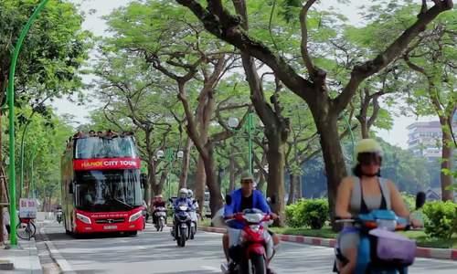 Khách nước ngời nói gì về xe buýt hài tầng ở Hà Nội?