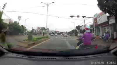 'Nữ Ninja' đi xe máy bật xi-nhan nhưng không quan sát bị ôtô tông