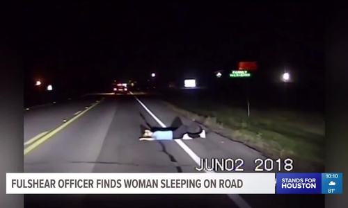 Ôtô suýt chèn qua người phụ nữ nằm ngủ ở lòng đường