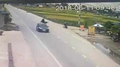 Chờ ôtô qua, cô gái đi xe máy sang đường và gây tai nạn