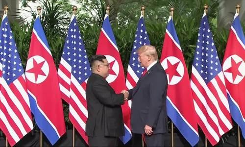 Cú bắt tay rung chuyển thế giới giữa Trump và Kim Jong-un