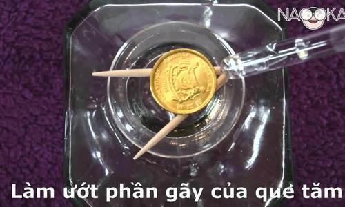 Làm thế nào để đồng xu rơi vào trong chai?