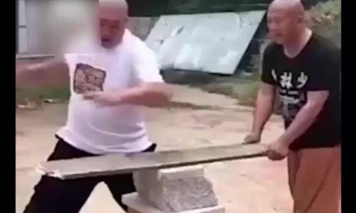 Võ sư Trung Quốc lãnh đủ vì dùng tay không chặt gỗ