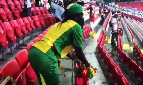 Cổ động viên Senegal dọn rác trên khán đài sau trận thắng Ba Lan