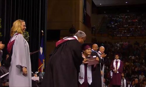 Nam sinh Mỹ mắc hội chứng Down tỏa sáng trên sân khấu tốt nghiệp