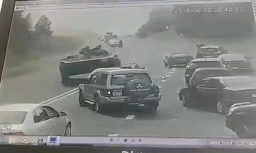 Thiết giáp Belarus mất lái, đè bẹp ô ô trên cao tốc