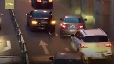 Xe hỏng giữa đường, người phụ nữ xin lỗi từng ôtô đi qua
