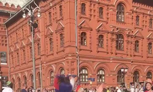 Trẻ em Nga nhảy múa gần Điện Kremlin