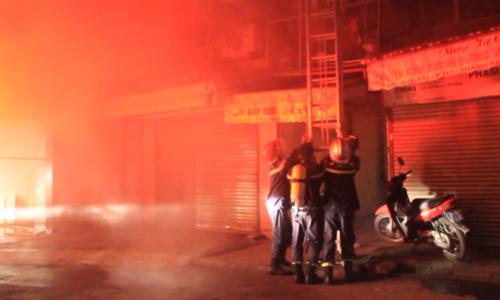 Khu tập thể cũ tại Hà Nội bốc cháy lúc rạng sáng