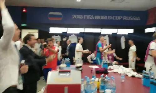 Tuyển Nga mừng chiến thắng trong phòng thay đồ