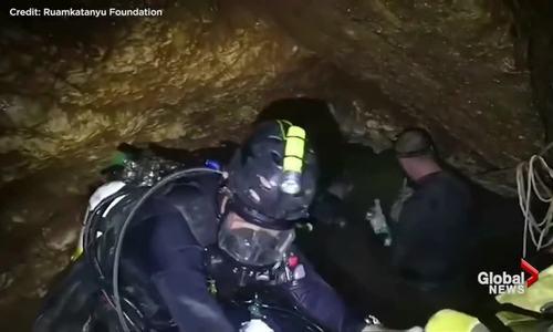 Thợ lặn chật vật luồn lách trong hang đội bóng nhí Thái Lan mắc kẹt