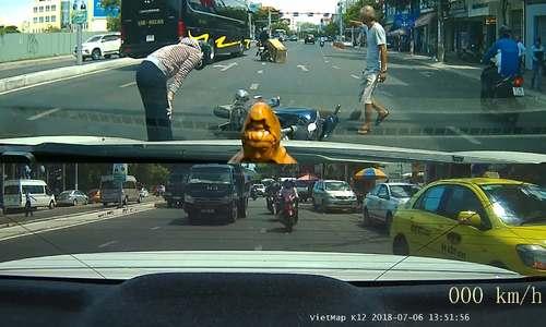 Xe máy chở hàng cồng kềnh xô ngã một phụ nữ