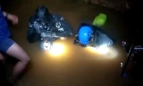 Đội bóng nhí Thái không tự lặn mà nằm trên cáng trong quá trình giải cứu