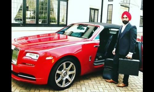 Tỉ phú gốc Ấn tậu 7 xe Rolls-Royce cùng màu bộ khăn xếp