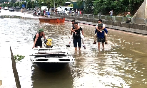 Nước ngập sâu, người dân Quảng Ninh chèo thuyền trên quốc lộ 18