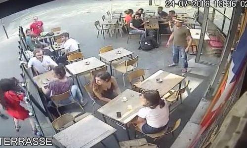 Pháp phẫn nộ khi một cô gái bị kẻ quấy rối tát vào mặt trên đường phố