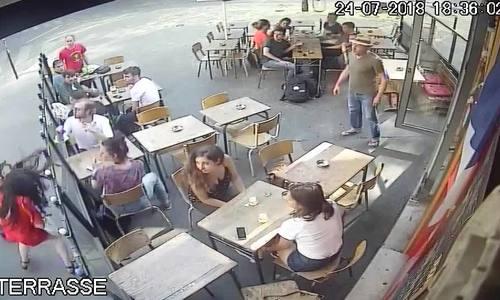 Cô gái Pháp chống lại kẻ quấy rối tình dục