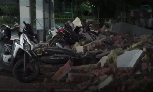 Động đất 7 độ ở Indonesia tàn phá nhà cửa