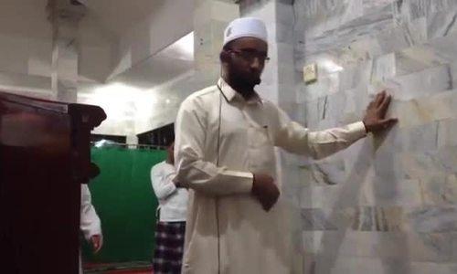 Giáo sĩ Indonesian bình thản cầu nguyện bất chấp động đất