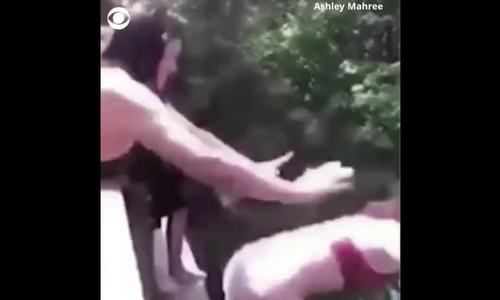 Thiếu nữ Mỹ bị bạn đẩy từ trên cầu, gãy 5 xương sườn