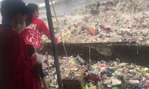 Sóng ngập rác liên tục ập vào bờ biển Philippines