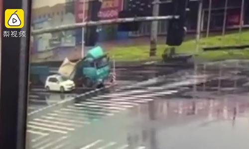 Cuộn thép rơi từ xe tải đè bẹp ôtô, nữ tài xế thiệt mạng